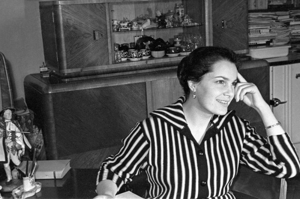 Актриса театра и кино Элина Быстрицкая в 1950 году.