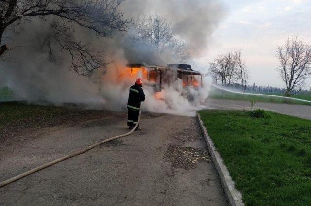 В Черкасской области во время движения из-за замыкания электричества загорелся автобус.