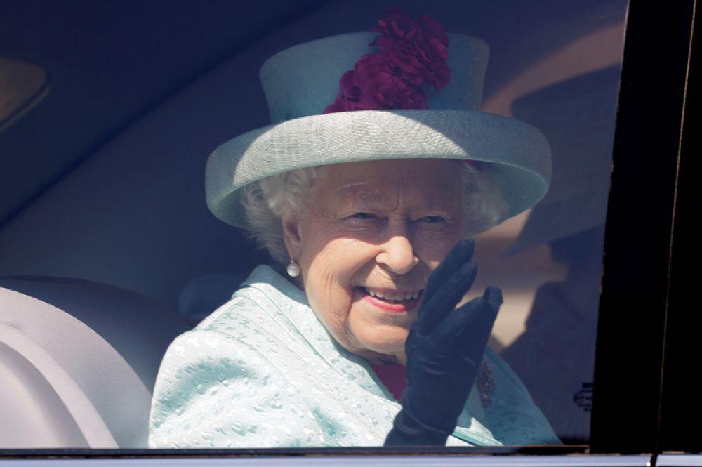 Елизавета II после посещения службы в часовне Святого Георгия в Виндзорском замке. Королеве исполнилось 93 года.