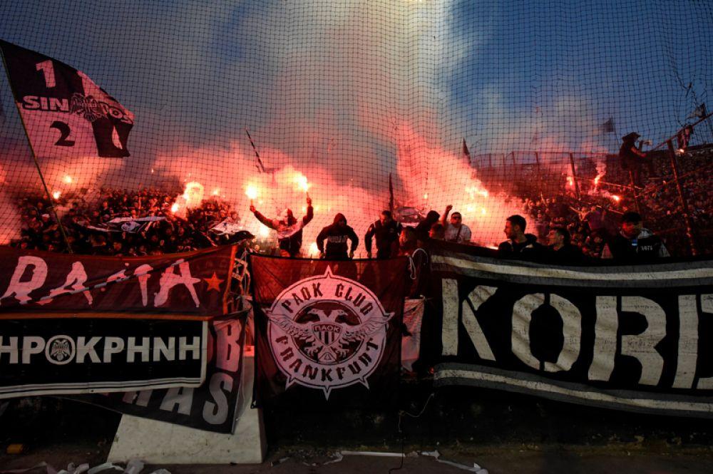 Чемпионат Греции по футболу. Фанаты клуба «ПАОК» на стадионе в Салониках перед матчем с «Левадиакос».