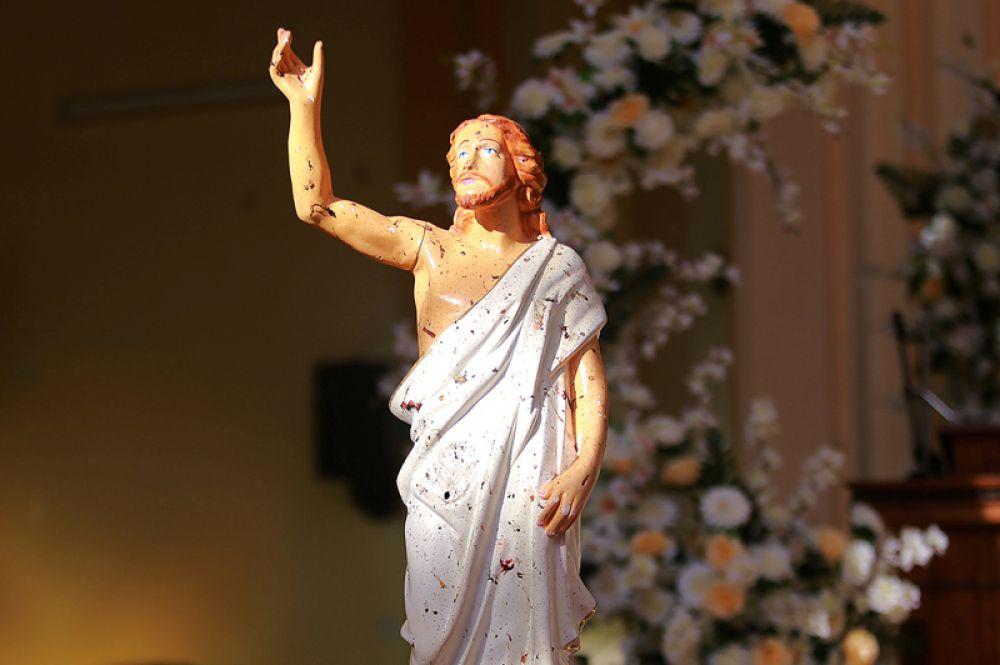 Статуя Иисуса Христа после взрыва бомбы в церкви в Негомбо, Шри-Ланка.