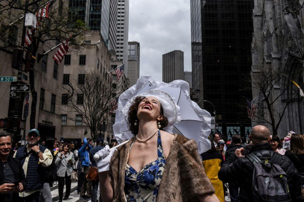 Женщина во время ежегодного Пасхального парада на Пятой авеню в Нью-Йорке.