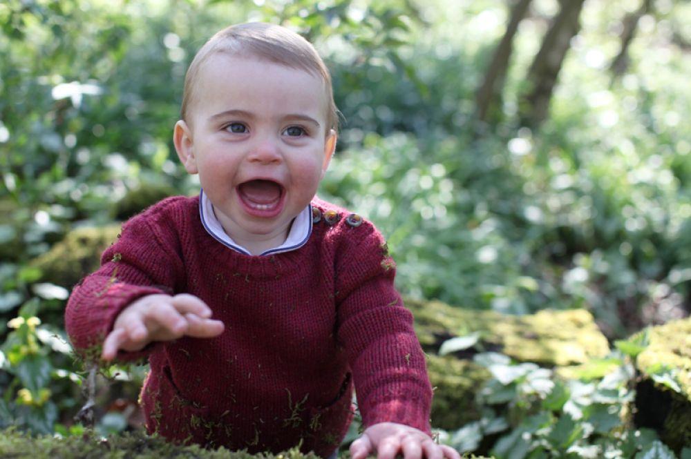 Британский принц Луи отмечает свой первый день рождения. Фотография сделана его матерью Кэтрин, герцогиней Кембриджской, в начале месяца в их доме в Норфолке.