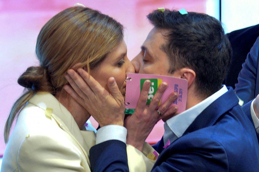 Владимир Зеленский целует свою супругу Елену после объявления данных первых официальных экзит-полов на президентских выборах Украины в предвыборном штабе в Киеве.