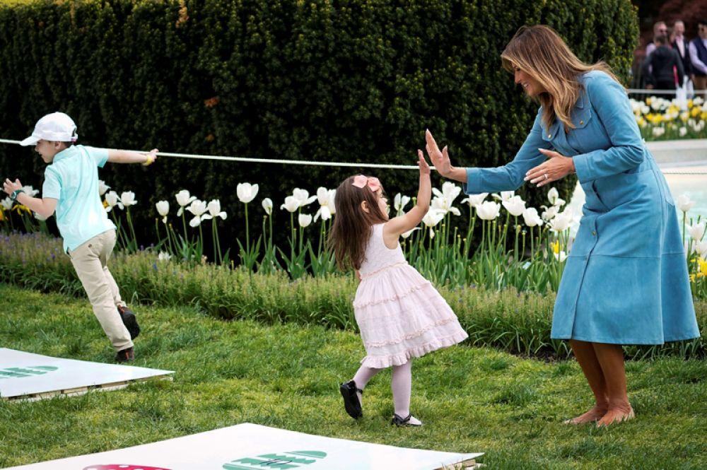 Первая леди США Мелания Трамп играет с детьми во время пасхального обеда в Белом доме.