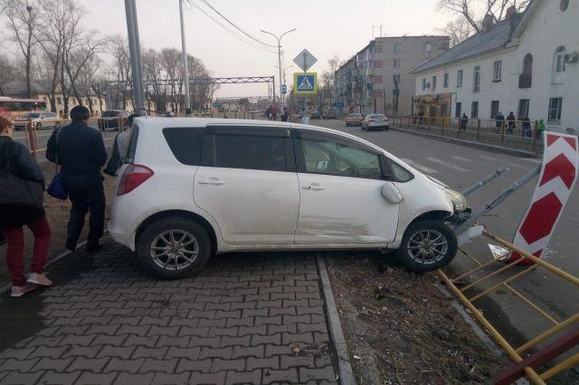Хабаровчанка на авто сбила людей на тротуаре и протаранила забор.