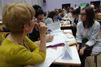 С будущими врачами подробно беседуют о предлагаемом месте работы.