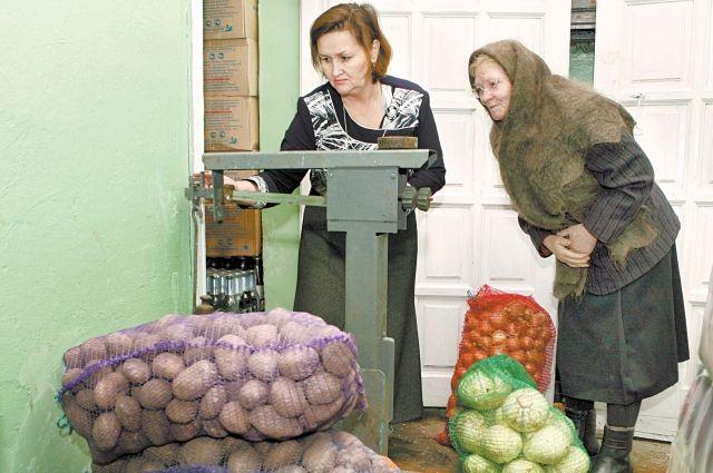 Кооперации помогают жителям, покупая их овощи и фрукты.
