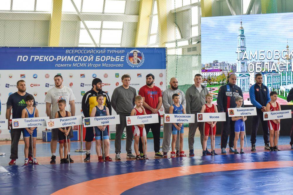Нынешние чемпионы и их смена - на ковре соревнований.