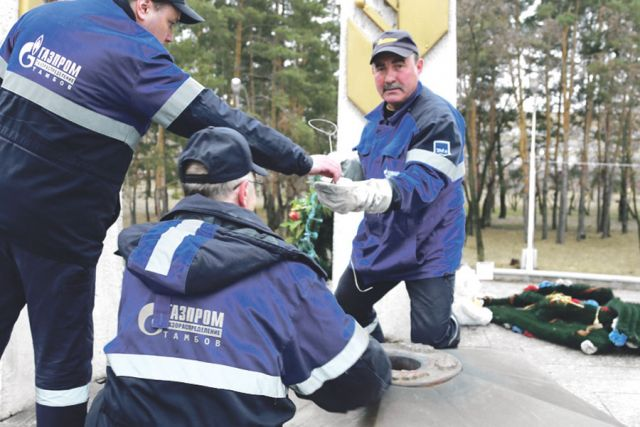 Специалисты АО «Газпром газораспределение Тамбов» проводят техническое обслуживание мемориала «Вечный огонь» в городе Котовске.