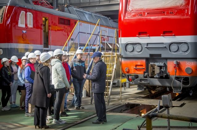 Ребятам рассказали, как ремонтируются локомотивы и какие технологии при этом применяются.