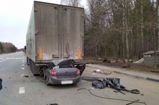 В Удмуртии водитель «Лады» погиб, на полном ходу протаранив грузовик
