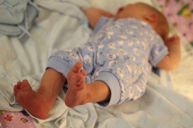 Стражи порядка обнаружили полиэтиленовый пакет с завернутой в тряпки новорожденной девочкой.