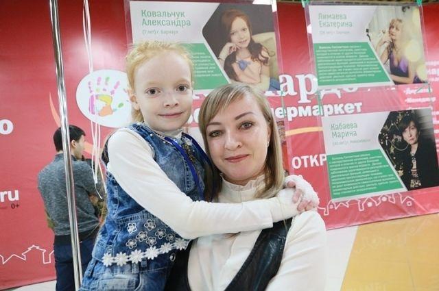 Девочка-бабочка из Барнаула Саша Ковальчук со своей мамой