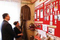 Игорь Ляхов осматривает экспозицию музея в Викторове.