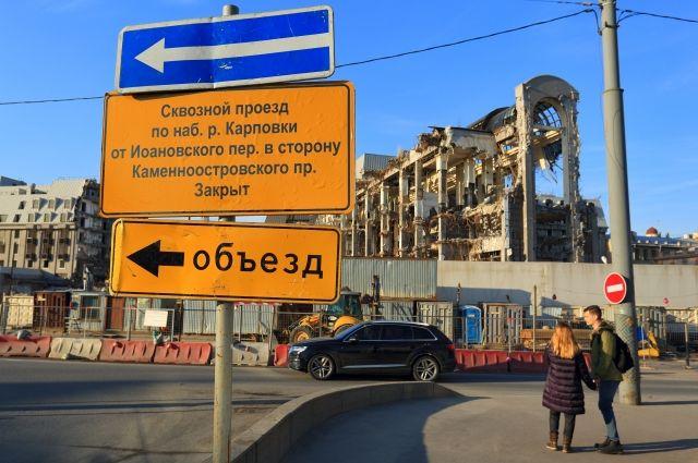 Для того чтобы построить гостиницу, в свое время снесли два доходных дома XIX века и Карповские бани, что вызвало серьёзное недовольство и митинги живущих на Петроградской стороне.