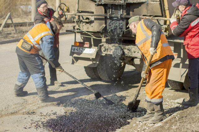 Масштабный ремонт дорог должен начаться в мае, а пока рабочие круглосуточно «латают» ямы.