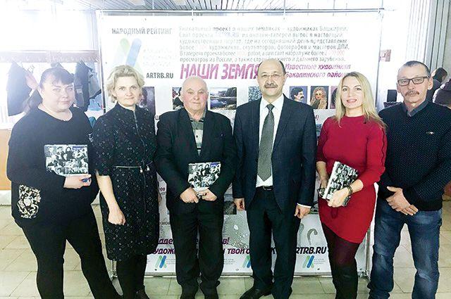 Наиль Махмутов (третий справа) с художниками Бакалинского района.