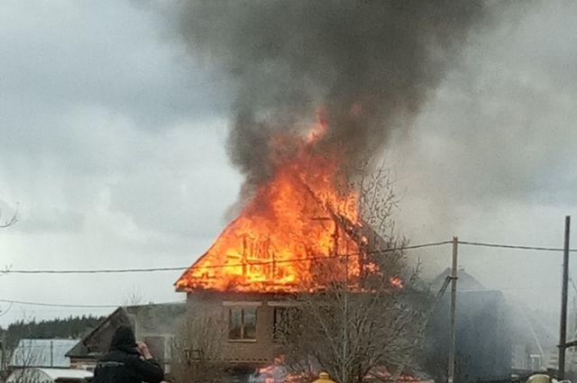 Огонь повредил стены и крышу жилого дома.