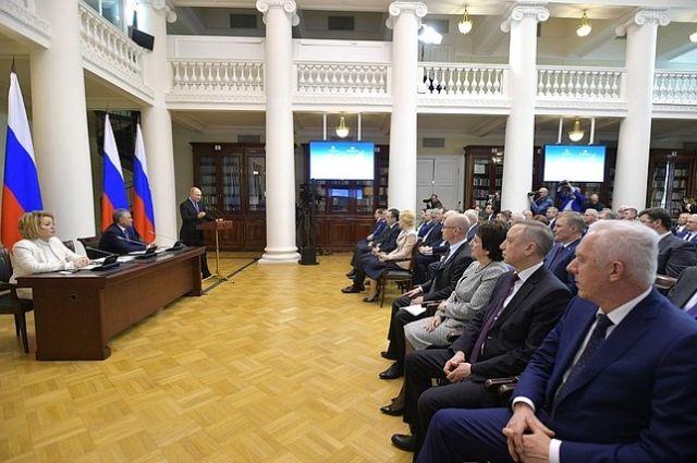 Президент поздравил законодателей с приближающимся Днём российского парламентаризма (27 апреля).