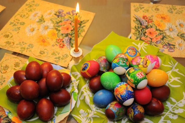 Омичей зовут угоститься крашеными яйцами на Пасху