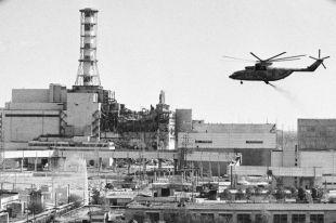 Вертолеты ведут дезактивацию зданий Чернобыльской атомной электростанции после аварии.