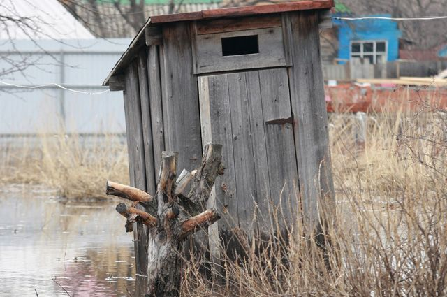 Всё, что накопили за зиму, весной во время паводка уходит на поля – и не нужен никакой смыв из бачка.