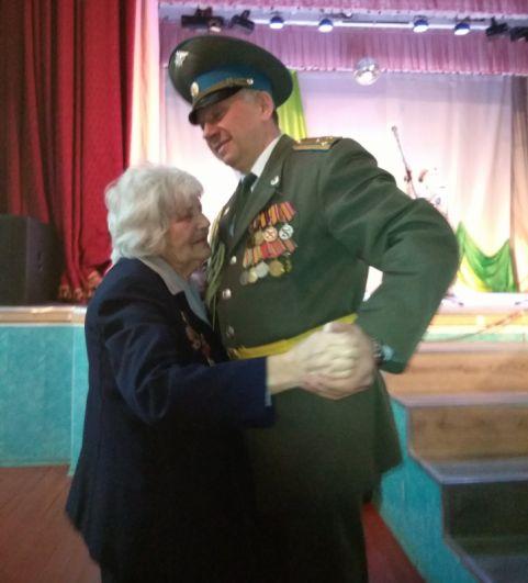 Сухобузимское. Вальс с ветераном Орловцевой Алимпиадой Петровной.