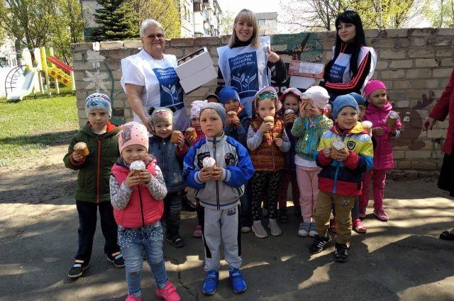 Жители Донбасса получили подарки к Пасхе от платформы «Женщины за мир»