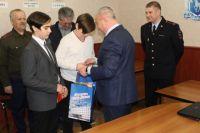 В Салехарде наградили детей, которые принесли в полицию найденные деньги