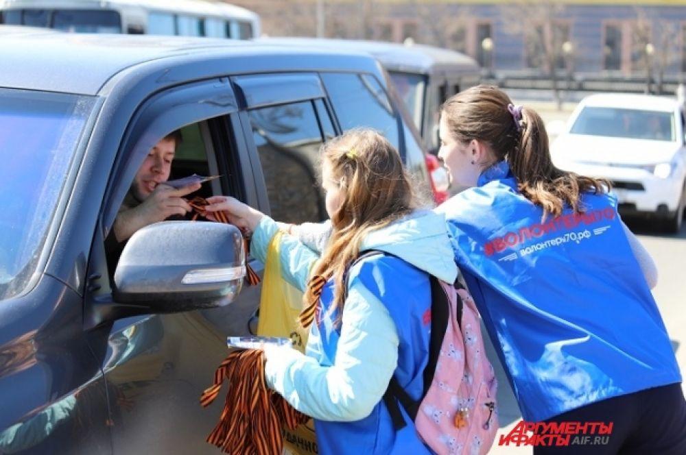 «Волонтеры Победы» раздавали тысячи ленточек не только в Иркутске, но и в других городах области.