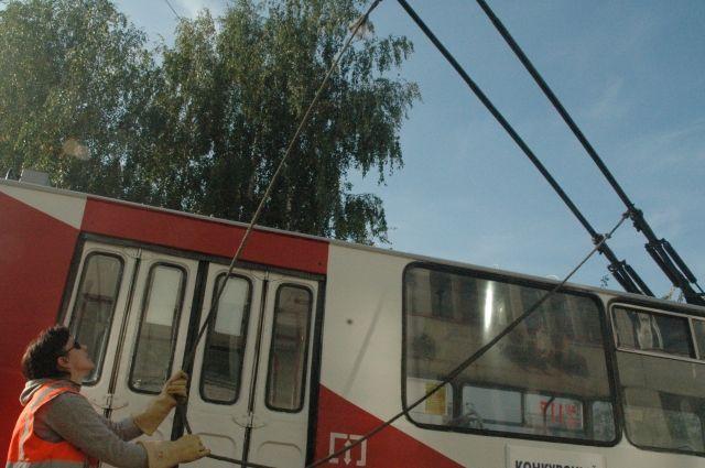 Штанга токоприемника троллейбуса сорвалась с контактной сети и пробила заднее и боковое окна автобуса.