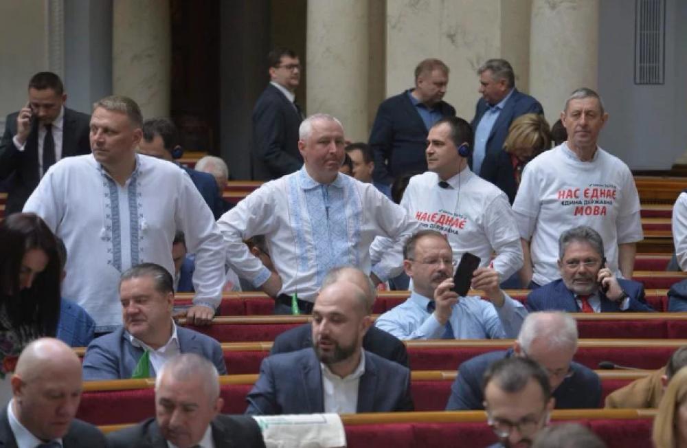 """""""Нас єднає мова"""" - в таких футболках в Раду приходили депутаты. С лозунгом и не поспоришь"""