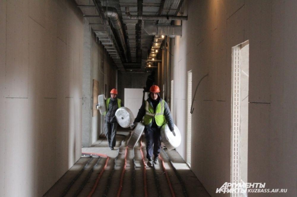 Идут работы по прокладке внутренних инженерных сетей водоснабжения, канализации, отопления, электроэнергии, и т.д.