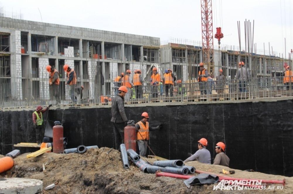 На объекте работают 563 рабочих строительных специальностей.