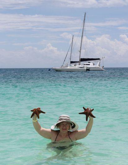 Купание в океане - то, что туристы больше всего любят делать на Занзибаре.