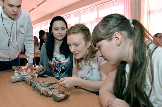 Старшеклассники изучают образцы горной породы на станции «Геологическая».