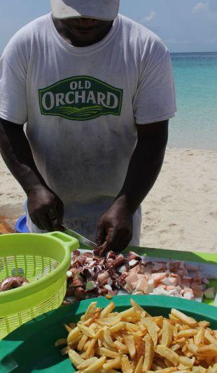 Приготовление пищи на берегу океана.