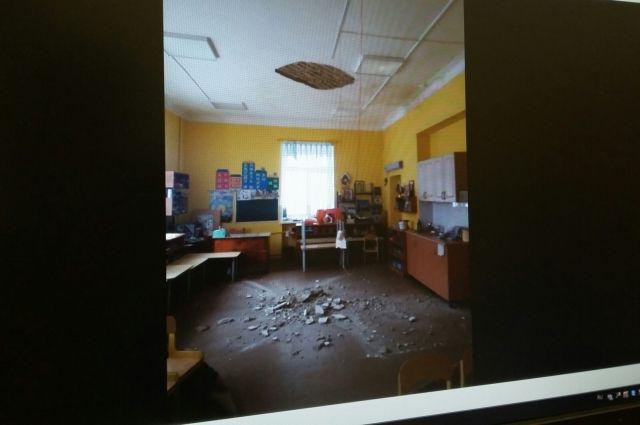 В помещении старшей группы обрушился фрагмент декоративной отделки потолка