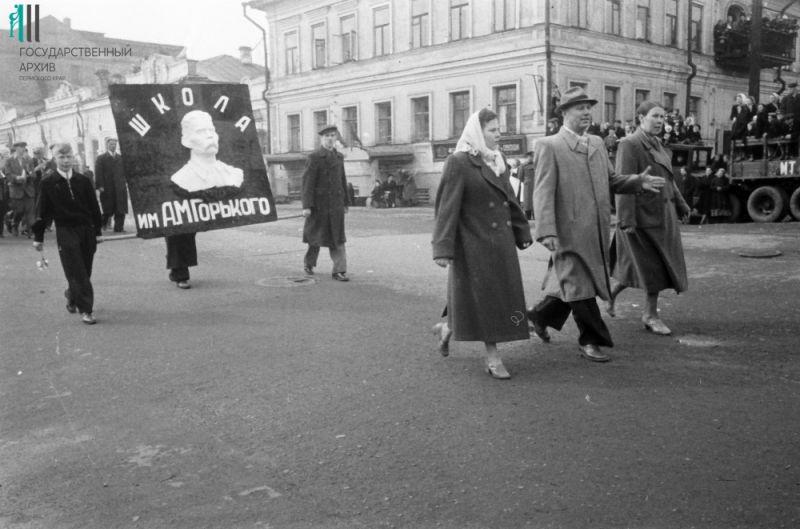 Первомайская демонстрация с участием городских средних школ №№11, 17 и 26,  1956 год.