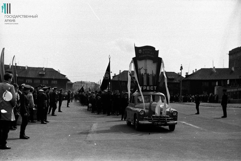 Первомайская демонстрация трудящихся Орджоникидзевского района, 1965 год.