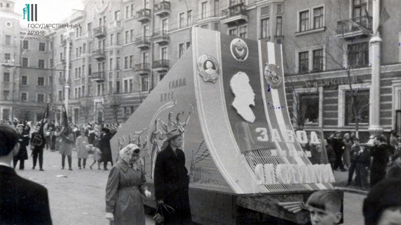 Колонна трудящихся завода имени Свердлова на первомайской демонстрации, 1960 год.