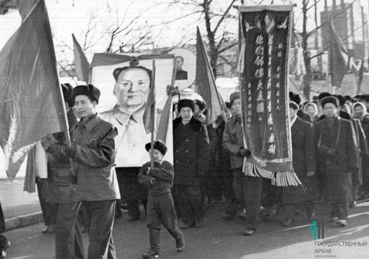 Китайские рабочие на первомайской демонстрации, 1955-56 годы.