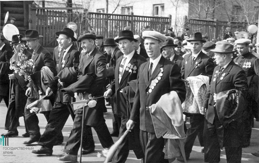 Фронтовики завода имени Дзержинского на Первомае, 1965 год.