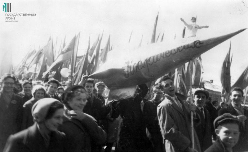 Жители Перми на Первомае, 1960-е годы.