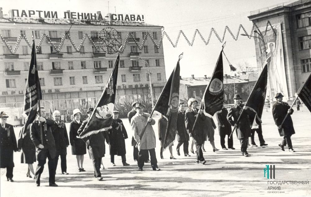Работники Пермского телефонного завода на Первомайской демострации, 1976 год.