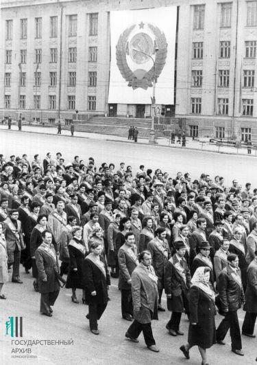 Колонна победителей соцсоревнований на первомайской демонстрации в Перми, 1982 год.