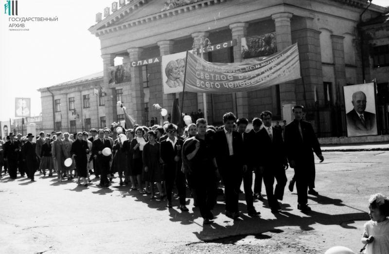 Первомайская демонстрация трудящихся Орджоникидзевского района, 1962 год.