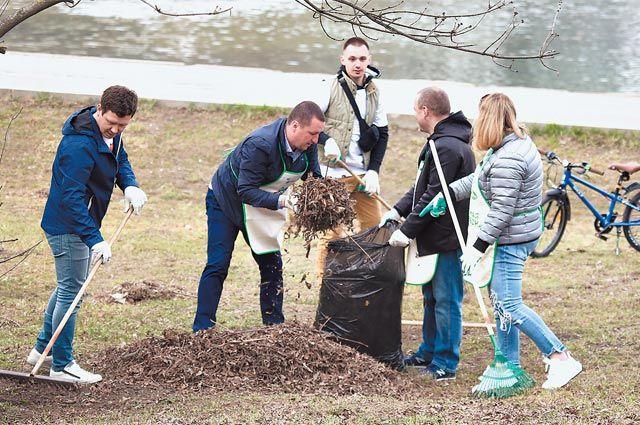 На берегу Удальцовских прудов собрали оставшийся послезимы мусор.