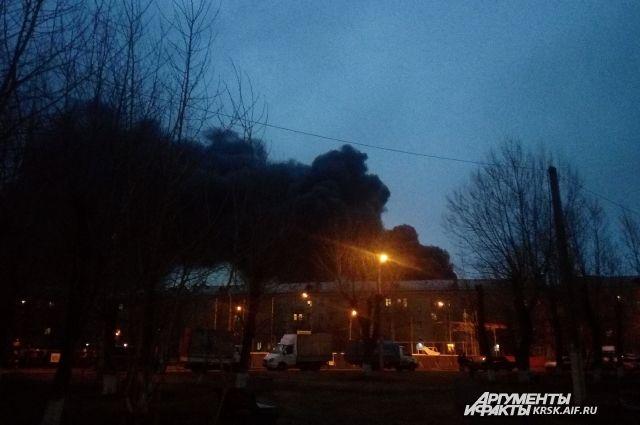 В тушении пожара задействованы 70 человек, 25 единиц техники.